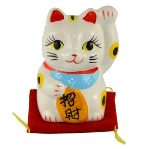 Gato da sorte maneki neko com almofada: esquerda